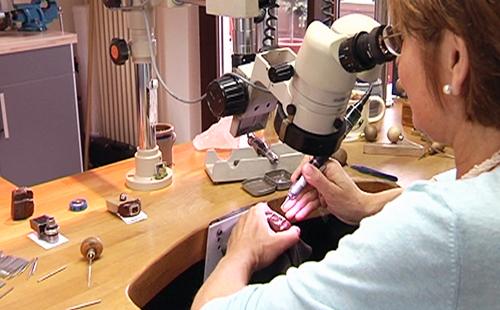 Juwelenfasser beim Fassen mit Mikroskop